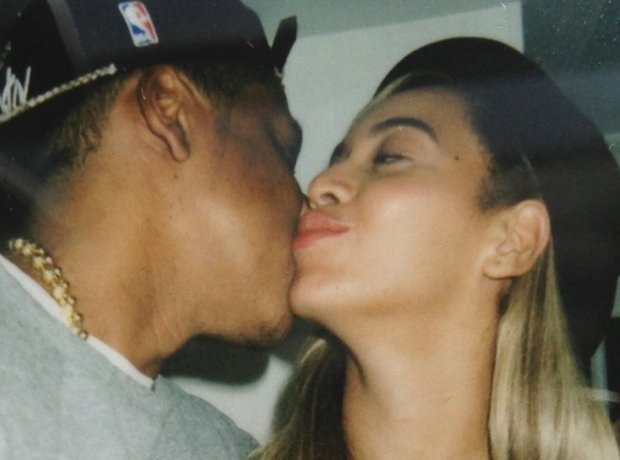 Beyonce and Jay-Z kiss