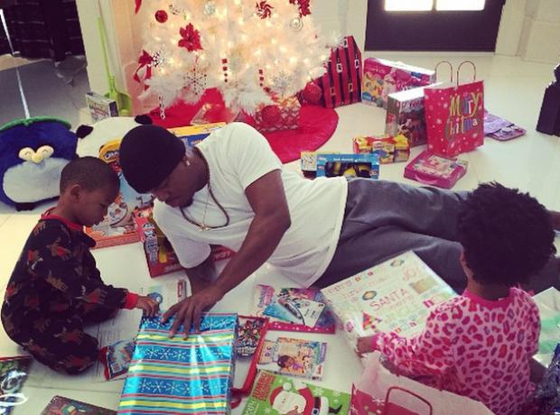 Ne-Yo helps his children open their presents on Ch