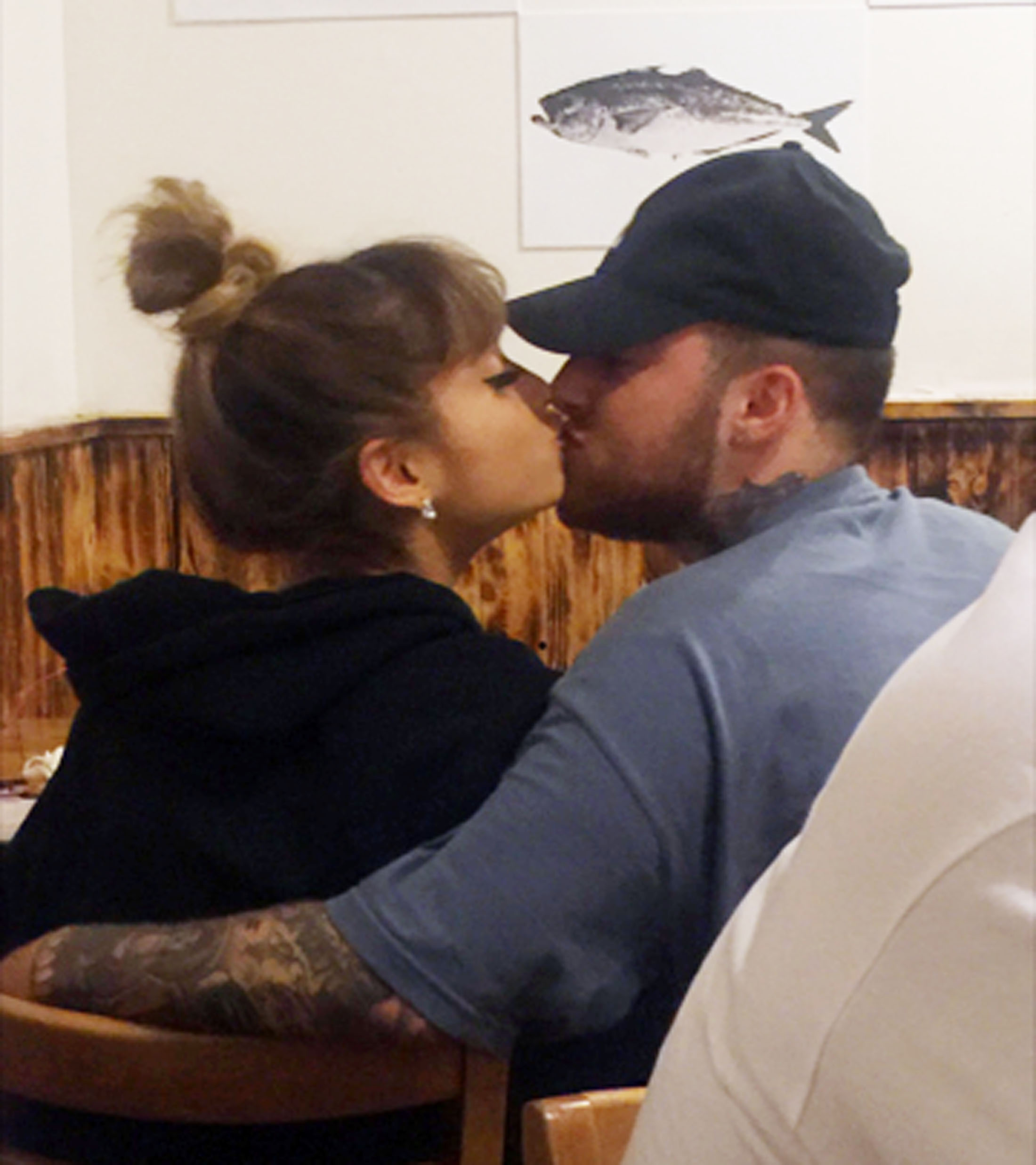 Ariana Grande kisses Mac Miller
