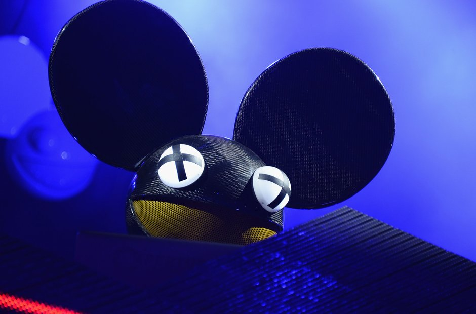 Deadmau5 with mask on while djing