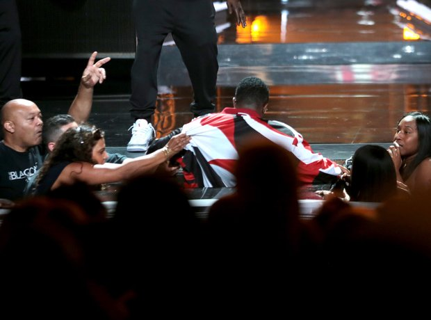 Diddy falls of stage at the bet Awards 2015
