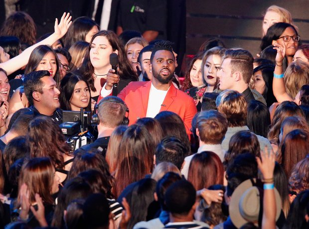 Jason Derulo surrounded by crowd