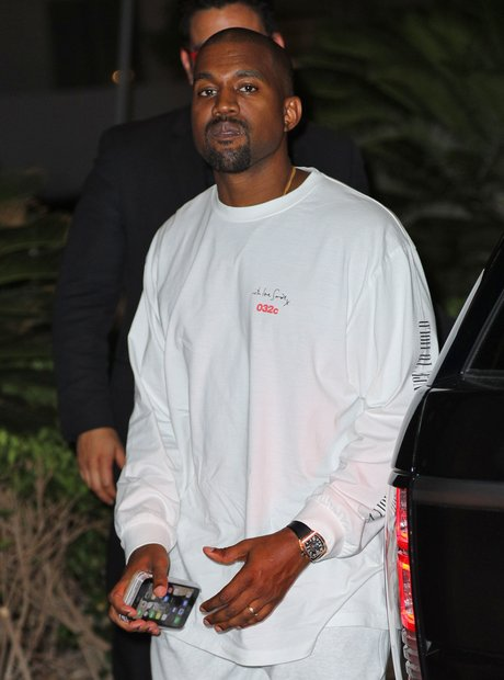 Kanye West has the daily mail app on phone
