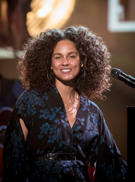 Alicia Keys performs make up free