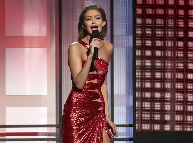 Gigi Hadid Melania Trump Impressions AMAs 2016