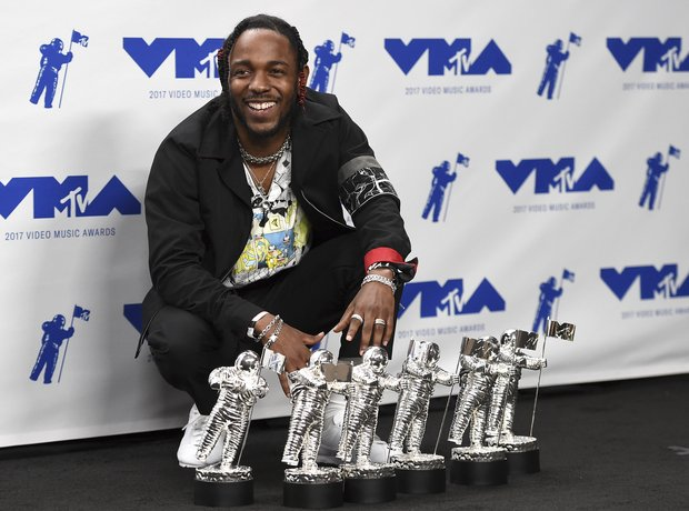 Kendrick Lamar with his MTV VMA Awards 2017